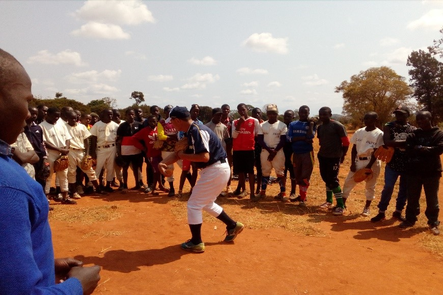 Hiroki Iwasaki of JICA instructs on baseball students and teachers of Ruvuma, Tanzania