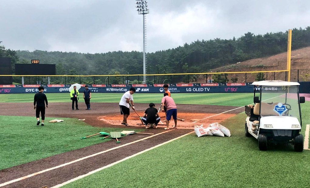 U-18 Baseball World Cup Day 4: crew field at work