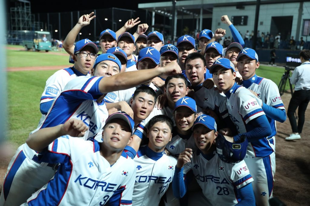 Korea's players pose for our Twitter Selfie after winning thriller against Japan
