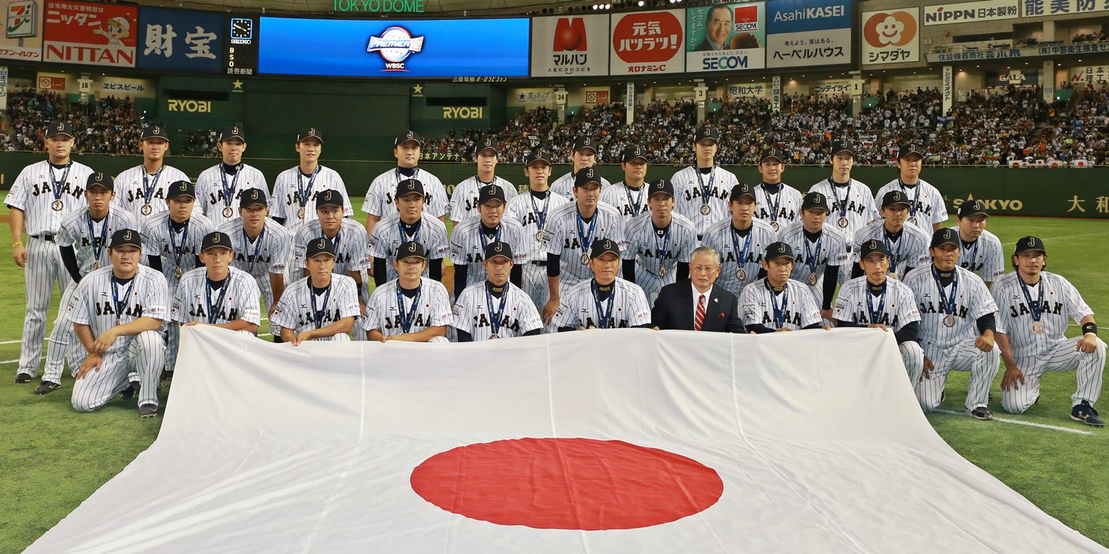 Japan National Baseball Team Photo with Bronze Medals - WBSC PREMIER12 2015